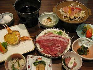 秋田錦牛のすき焼きや比内地鶏の陶板焼き、特製ズワイ蟹の甲羅焼きに定番海老フライまで付いちゃう♪