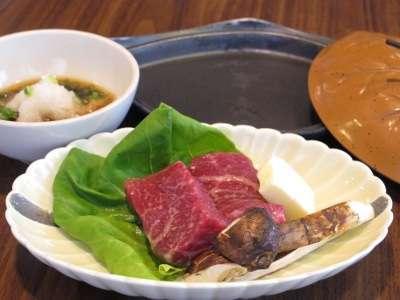 秋田錦牛と松茸の陶板焼き
