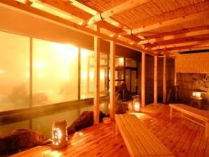 木の温もり溢れるヒバの湯船の「千勝の湯」夜の風景