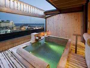 【貸切展望露天風呂】檜造り・信楽焼の浴槽と合計10室揃えてあります。