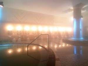 清涼の湯(大浴場)湯煙漂う大浴場は、御影石を使用