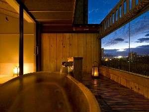 街並みを超えて遠くに「函館山」をご覧頂けます。(展望貸切露天風呂 星の間)