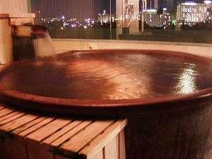 最上階からの夜景をひとりじめ!信楽焼と檜のタイプをご用意。(展望貸切露天風呂 雲の間)
