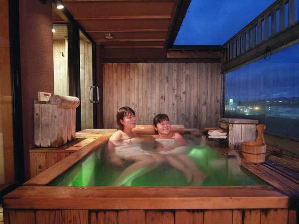 貸切展望露天風呂「海百景」。お母さんと娘さんとの二人旅もいいですね。
