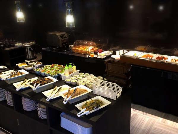 【朝食バイキング一例】野菜たっぷりの健康朝食をバイキング形式でご自由にお選びいただけます。