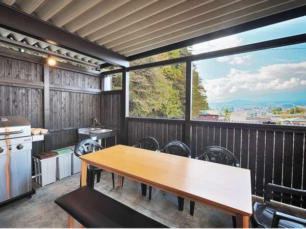 屋根付きの屋外スペースで富士山を一望しながらBBQ!(別途料金の有料サービスとなります)