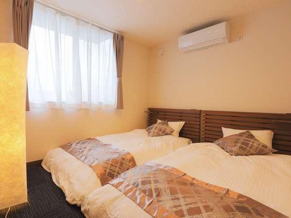 1F寝室 モダンなローベッド。1部屋2名まで。1棟に3部屋あります。