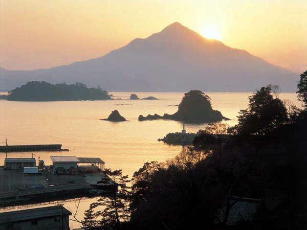 ≪青葉山 夕日≫別名「若狭富士」とも呼ばれ、高浜の象徴として親しまれています。