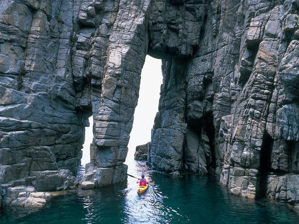 蘇洞門 日本海の荒波によって作られた奇岩、洞門、洞窟が荘厳な景観をなします。