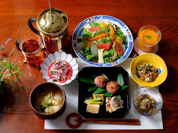 オーナー手作りの彩り鮮やかで身体のことを考えた野菜中心の朝ごはん。(時期により内容がかわります。)