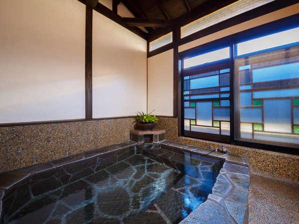 天然温泉の貸切風呂。源泉掛け流し&貸切でご利用いただけます。源泉温度42度、冬季のみ加温。