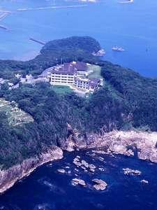 宇久井半島に立ち海を望む立地
