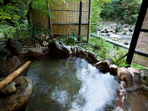 貸切露天風呂は、渓流沿いにあり大自然と一体になれる