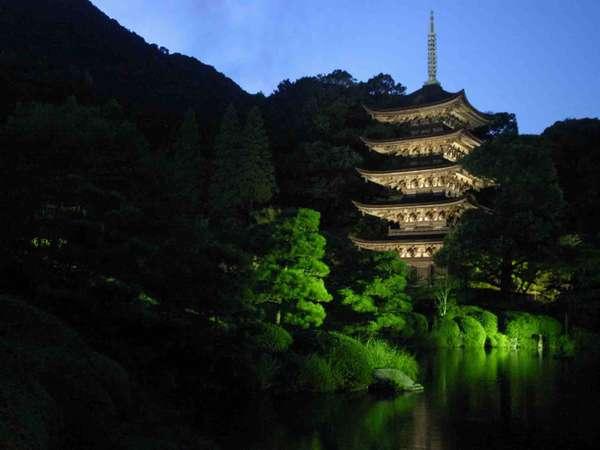 国宝瑠璃光寺五重塔ナイトツアー無料で御案内します。寒いけど一年で今が一番綺麗!