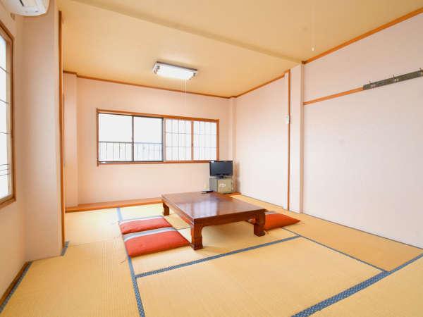 10~14畳のお部屋です。当館は越前海岸のほぼ中央、立地が良く釣りのお客様にも人気です。