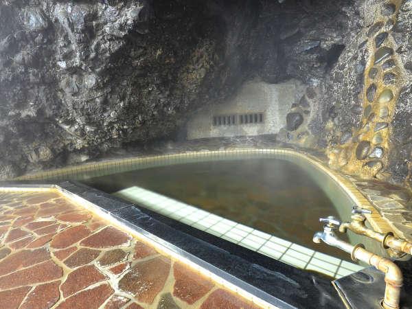 自然にできた洞窟をそのまま利用した【女湯】。柔らかな地下水で沸かしたお風呂です。