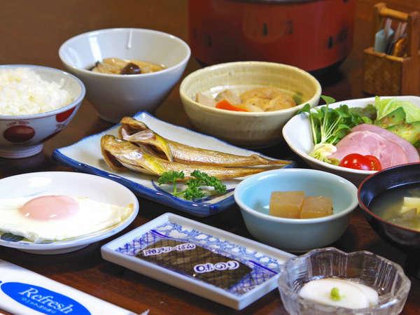 朝食の一例。焼き魚の干物はその時期おススメの魚で手作りです。