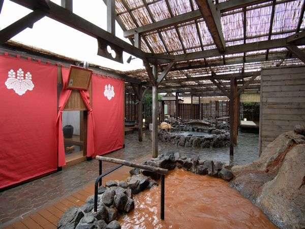 赤茶色の金泉と無色透明の銀泉、人工炭酸泉も楽しめる