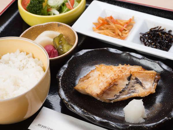 *【朝食(一例)】お食事はホテル直営の酒膳たけにてご用意。季節を味わえると好評です。