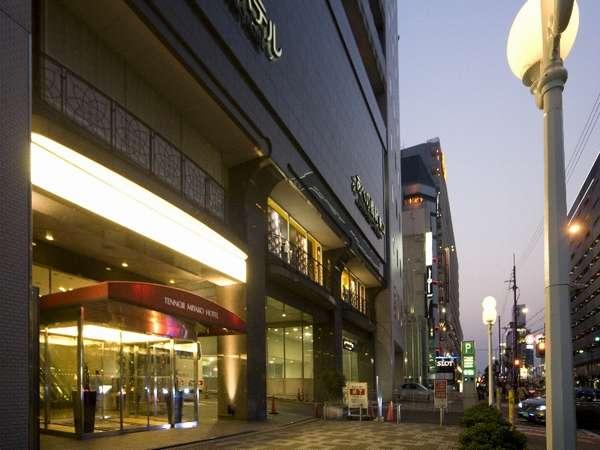 ホテル周辺はデパート、飲食店、コンビニが揃って便利!特にデパ地下は品揃え豊富でおすすめ