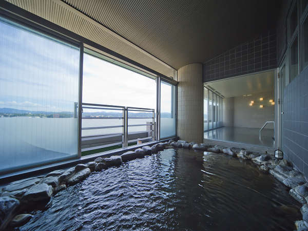 大浴場の半露天。視線の先は悠々と広がる湖!