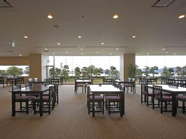 【レストラン】レイクビューの開放的な空間でゆったり♪