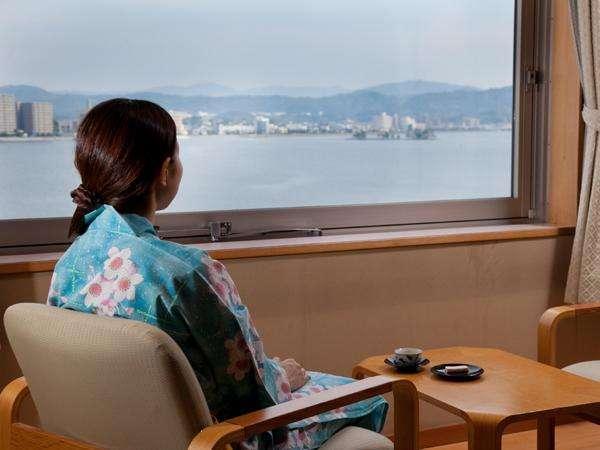 湖側客室から眺める風景は心を落ち着かせてくれます。