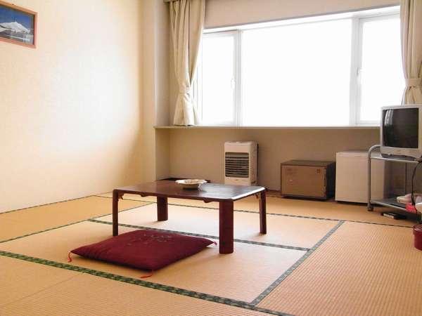 【8畳和室】シンプルで落ち着いた和室です。海側、山側ご用意しています。