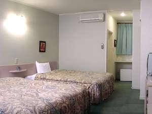 全室25㎡に幅1.5mのベッド2台、ネット無料接続可です