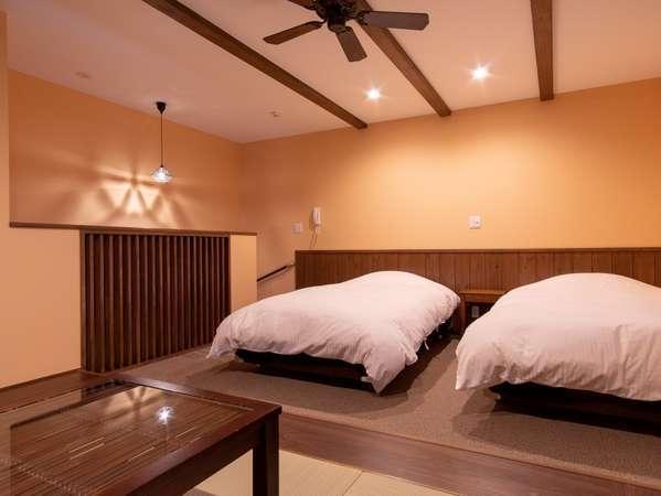 シングルベットが2台置かれた、広々41㎡の和モダンルーム―いつでも好きな時に入れる24時間風呂付