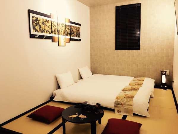 <和室 ローベッドタイプ>モダンで落ち着いた雰囲気に斬新なアクセントカラーを効かせた現代的な和室。