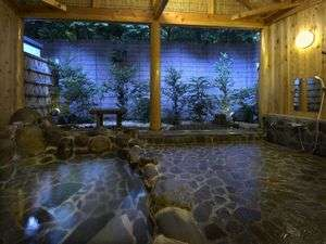 広~い貸切露天風呂。森を眺めながら日頃の疲れを癒して下さい。