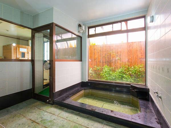 *男湯/浴槽は少々手狭ですがお家では堪能できないお湯をご堪能あれ