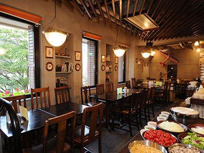 ◆レストラン「バイプレーン」/サラダ等充実のビュッフェコーナーも!