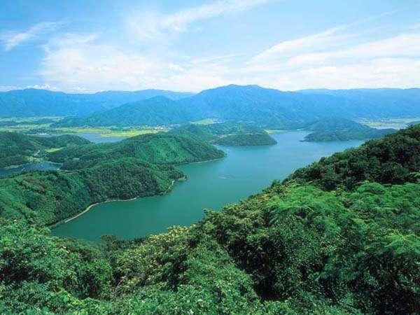 三方五湖。水の色が四季折々、不思議な五彩の変化をみせ、「五色の湖」ともいわれています☆