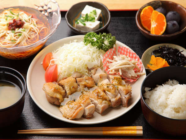 【夕食一例】夕食は旬の食材を活かした日替わり定食をご用意致します。