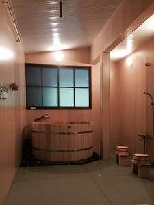 浴室の床は優しい質感を味わって頂く為畳敷きです。シャワー2か所と天井の打たせ湯もあります。