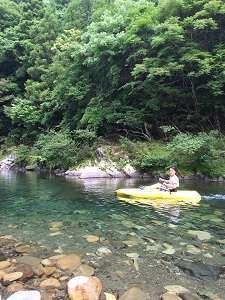 目の前の川でカヤックを楽しむ。真下にはたくさんのアユが泳いでます。