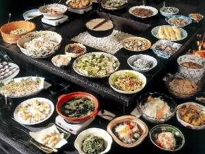 マクロビオティックを中心としたビュッフェ。ご宿泊時にはメイン料理として神戸牛料理とお造りが付きます。