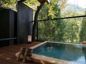 美しい眺めと雰囲気あるおしゃれなデザインが、カップルやご夫婦に人気の貸切露天風呂