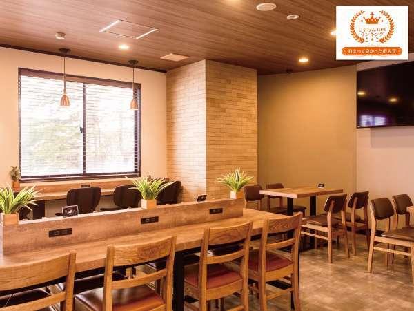【レストラン910】3階にございます。朝は朝食会場、夜はお酒・軽食をご提供しています。