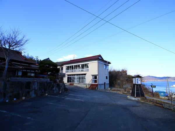 【外観】当館は海のすぐそばの民宿です。大理石海岸から徒歩50歩ほど。