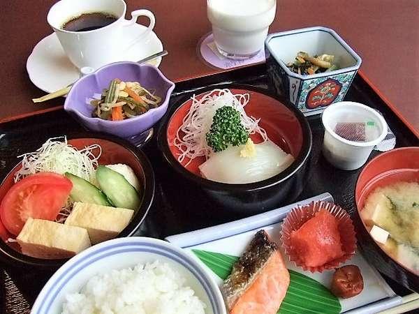 朝食膳の一例です。ホットコーヒー、北海道ミルクもサービス中、美味しいです!