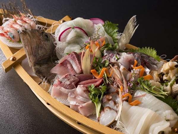 豪快な舟盛り。氷見の新鮮な魚介をたっぷりと♪写真は4名様の舟盛りです。