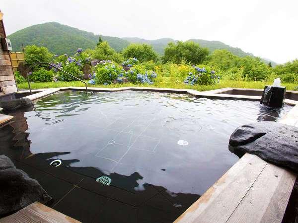 【露天風呂/檜】ザブンと湯に浸かれば海抜800mの絶景。目の前に利賀の山々がせまる露天風呂。