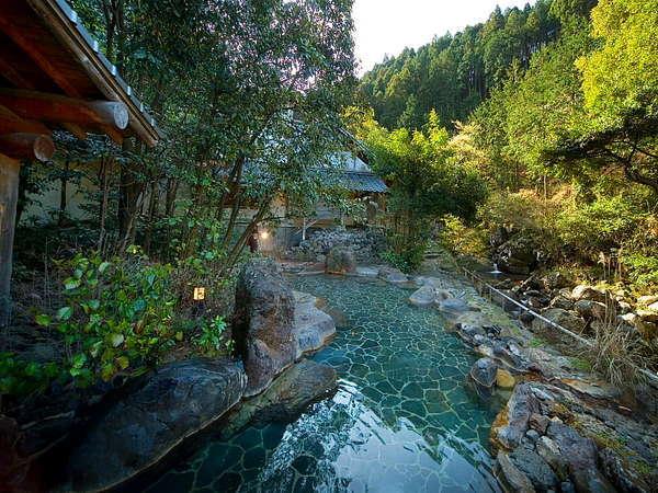 渓流沿いの大露天風呂「しいばの湯」 写真提供:じゃらんnet