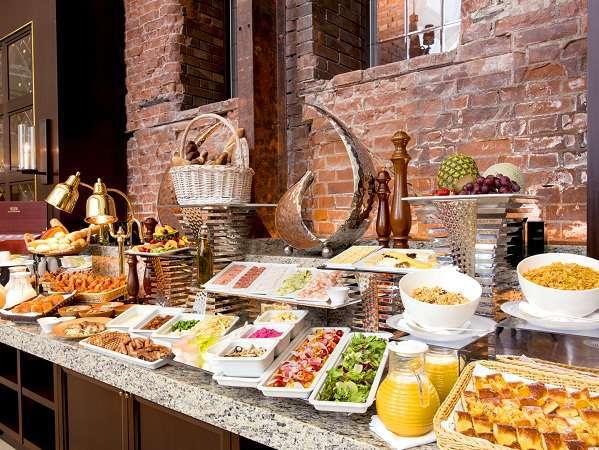 【ベストレート】 シンプルステイ 〜素材や産地にこだわった約110のアイテムが並ぶ朝食ブッフェ付〜