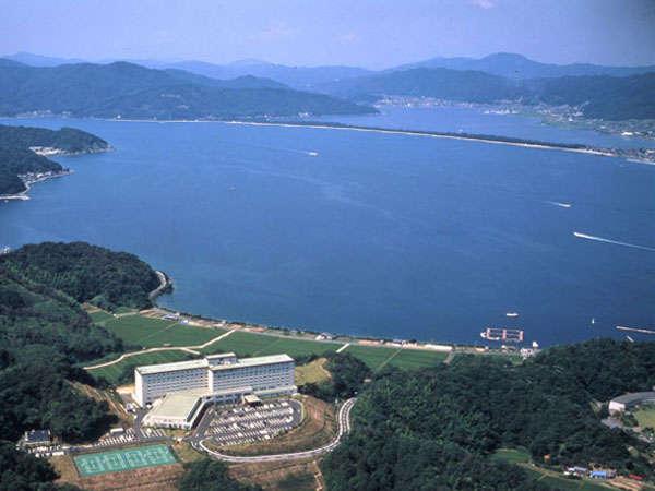天橋立と宮津湾を望む高台に位置する大型リゾートホテル。美しく青い海は丹後の宝です。