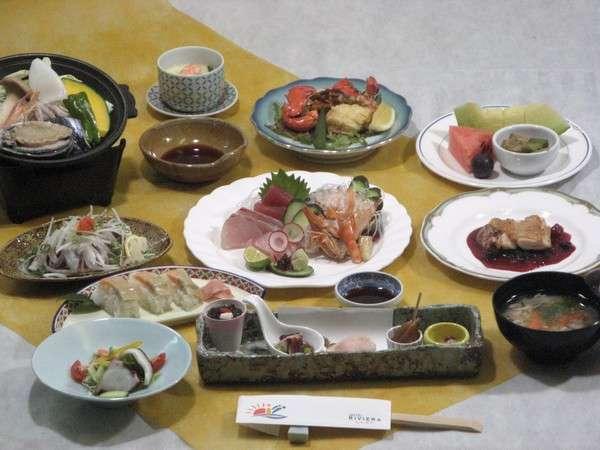 夕食(和洋会席)。四季折々の旬な素材をたっぷり使用したお食事になってます!