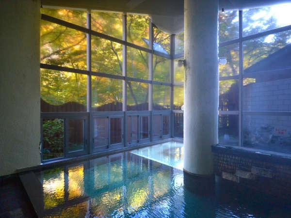 男性内風呂■秋の景色を眺めながらのんびと
